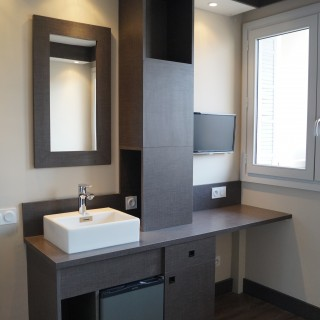 Un canapé, un WC, une douche, une cuisine... le tout dans moins de 9 m² !