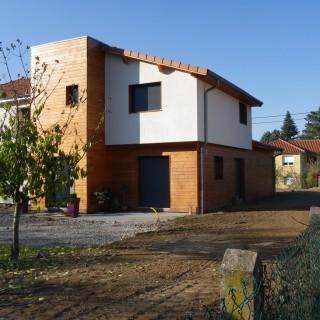 On s'accole mais on distingue d'une maison initiale sans atout pour donner une expression architecturale à l'ensemble. Chaponost (69)
